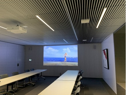 Besprechungsraum mit Beamer, Leinwand und Boxen