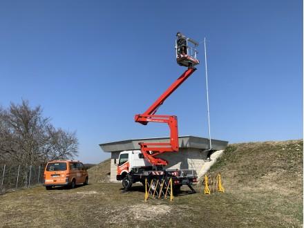 Beim Antennenbaueinsatz mit Kranfahrzeug